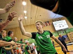 Dobojováno. Slavomír Mlotek se raduje s fanoušky po vítězném utkání s Jičínem. Baník vede 2:0 na zápasy.