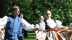 V lázeňském parku v Karviné-Darkově se v  neděli představily v rámci folklorní přehlídky Máj nad Olzou pěvecký sbor Lira, taneční soubor Olza a pěvecký sbor Gorol.