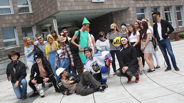 Majálesový průvod prošel v pátek odpoledne po několika letech opět centrem Karviné. Studenti v maskách takto zvesela dokráčeli do areálu Lodiček v parku Boženy Němcové, kde majálesové veselí pokračovalo koncerty a tanenční party.