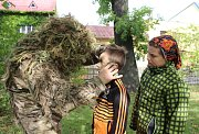 Polští vojáci jednotek NATO přijali pozvání polské základní školy v Karviné a přivezli dětem ukázat svou výstroj a techniku, se kterou se účastní i Dne NATO v Ostravě.