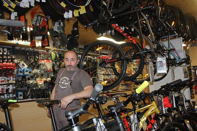 Petřvald. Tomáš Šeda, bývalý cyklistický závodník, dnes majitel obchodu scyklopotřebami.