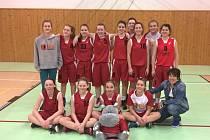 Havířovská děvčata trenérky Martiny Šindlářové se radují z postupu do žákovské ligy U15.