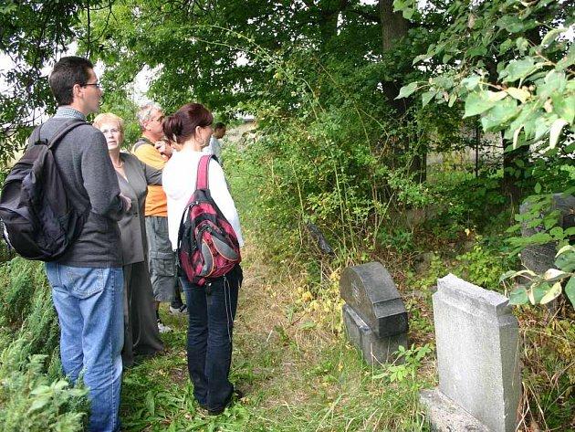Díky snaze dobrovolníků mohou dnes lidé obdivovat židovské pohřebiště, které se podařilo vyprostit z nánosů plevele.