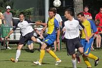 Stonavští fotbalisté (ve žlutém) hráli doma s Horní Suchou nerozhodně 1:1.