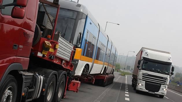 Polský kamion vezoucí tramvaj nedaleko přejezdu do Polské republiky v obci Chotěbuz.