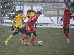 Karvinští fotbalisté (ve žlutém) podlehli doma Baníku 0:5.