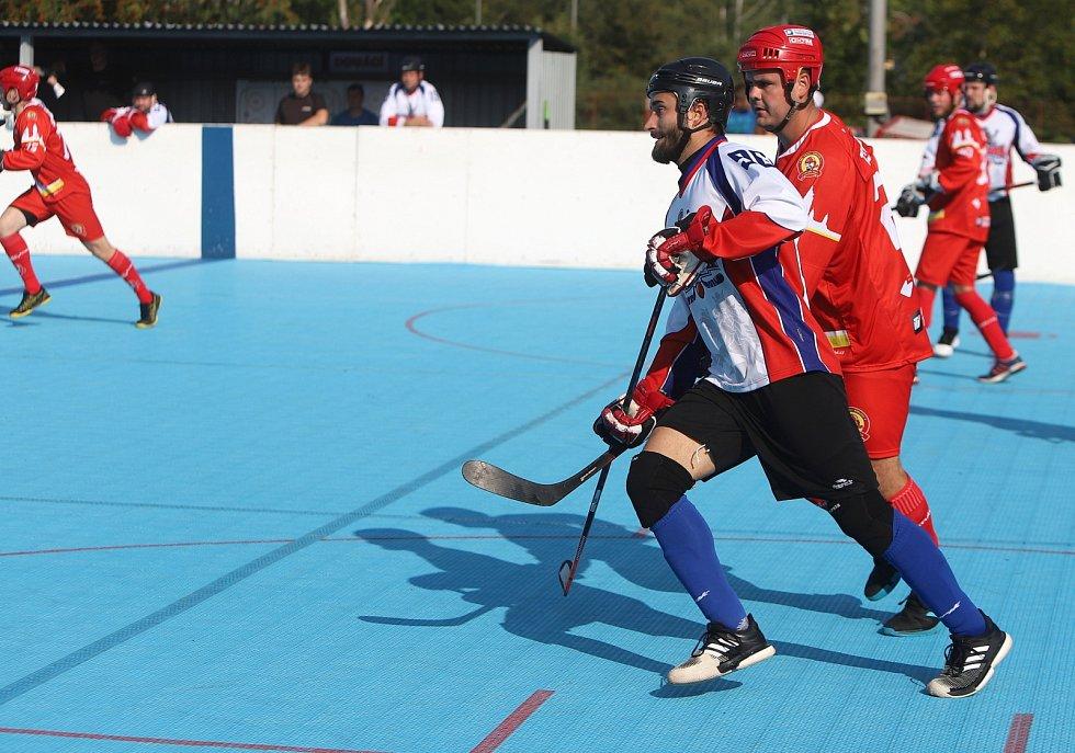 Karvinští hokejbalisté (v bílém) hráli s Hradcem Králové vyrovnaný zápas.