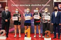 Medailistky z MČR s nezbytnými rouškami.