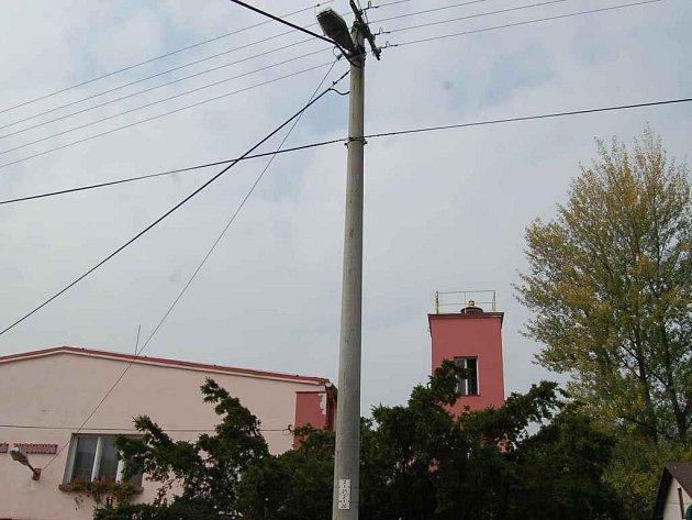 Obyvatelům Doubravy pomáhají při nahlašování poruch osvětlení. V budoucnu by mohly sloužit i jako orientační body například při avizování dopravních nehod.