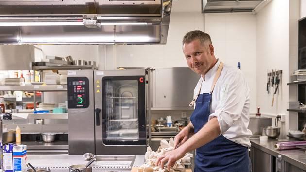 Šéfkuchař hotelu Zámeček Petrovice Pavel Čadil připravuje menu se svatomartinskou husou.
