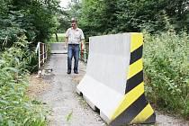 Vjezdu na mostek brání zábrany.