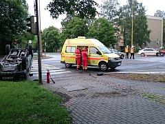 Následky srážky vozidel v křižovatce.