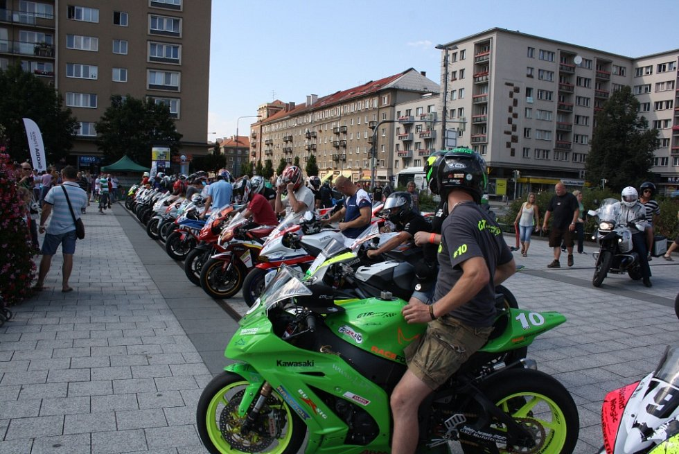 Páteční představení jezdců a autogramiáda na náměstí Republiky před víkendovým Havířovským zlatým kahancem.