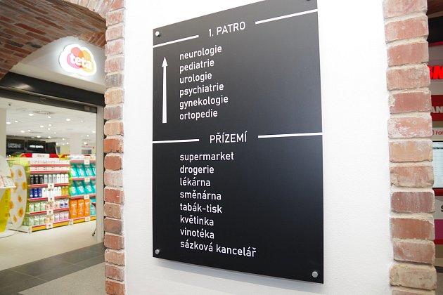Prázdné budovy bývalých papíren vcentru Českého Těšína se proměnily vcentrum služeb a obchodu. Kromě toho tam budou iordinace lékařů. Parkoviště vareálu nabízí 78míst.