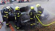 Zásah hasičů u požáru dvou automobilů v Selské ulici.