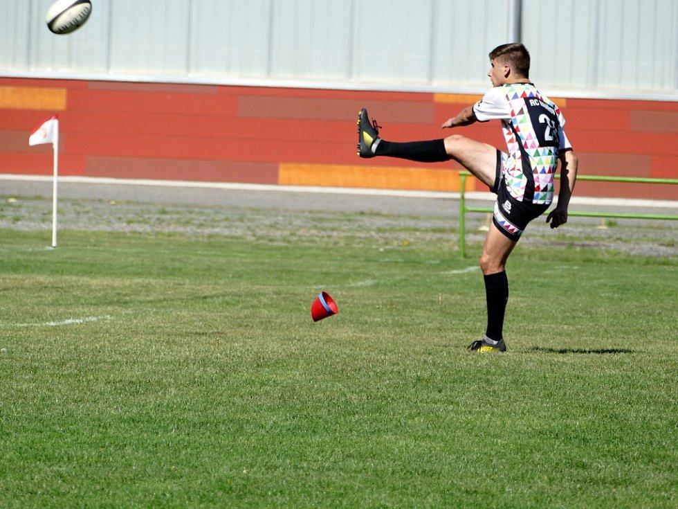 Ragbyové derby zvládli vítězně havířovští hráči (v bílém).