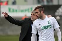 Tamhle tomu Frýdku vstřelíš gól, jako by říkal trenér Karviné Jozef Weber svému útočníkovi Ľubo Urgelovi.