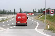 Až v tomto místě uvidí řidič kamionu odbočujícího z kruhového objezdu na obchvatu v Šunychlu zákazovou značku.
