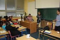 Besedy se studenty se účastnili jejich učitelé a starosta Českého Těšína. Podělili se o své autentické zážitky.