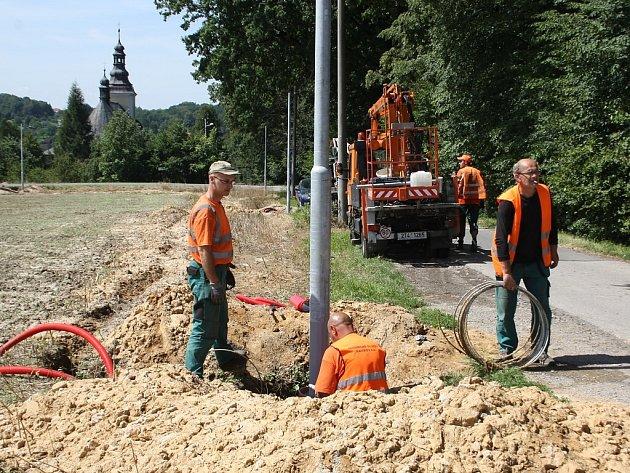 Stavba nového veřejného osvětlení v ulicích Farská a U Kostela v Bludovicích.