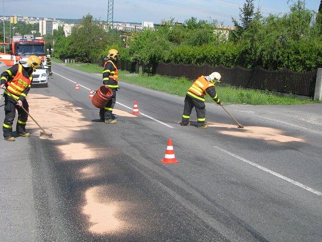 Nafta znečistila frekventovanou silnici.