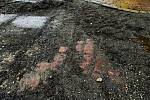 Pod asfaltem byla při rekonstrukci Nádražní ulice objevena původní dlažba, v níž se nacházejí i červené dlažební kostky.