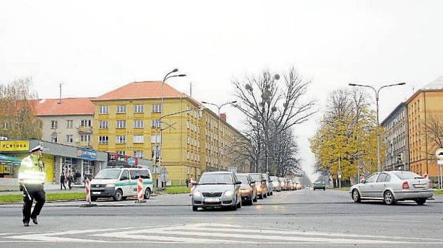 Policie nyní v Karviné kvůli opravě Ostravské ulice čas od času sama řídí dopravu.