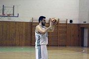Basketbalisté Karviné (v bílém) schytali od VŠB Ostrava debakl.