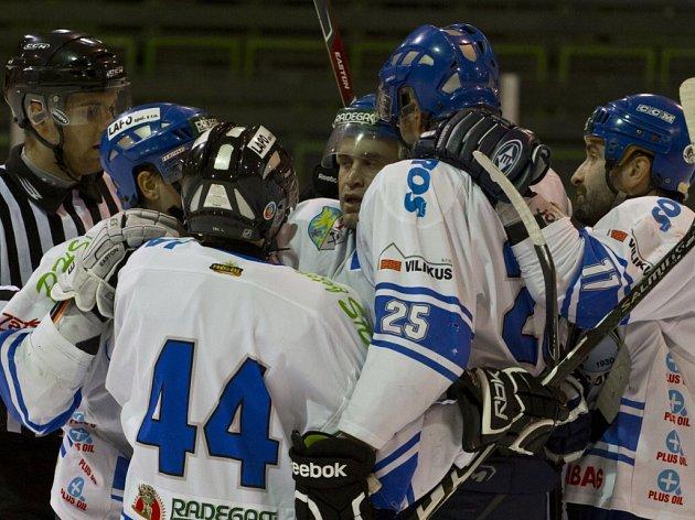 Orlovští hokejisté (v bílém) mají v letošní sezoně ambice postoupit. Snímky z prestižního duelu s SK Karviná.