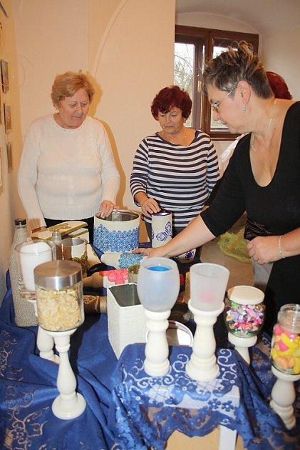 Své výrobky představují na vánoční výstavě dámy zKroužku šikovných rukou zřad karvinských seniorek.