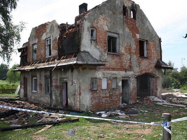 Vyhořelý dům v demolované kolonii Vagonka.