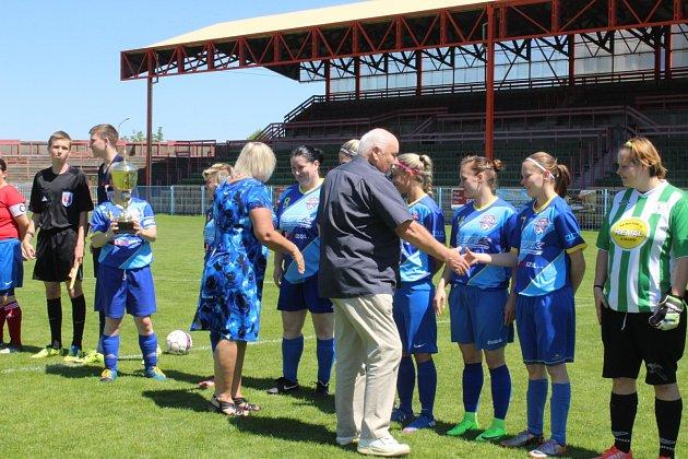 Havířovské fotbalistky převzaly před zápasem ocenění za vítězství vsoutěži.