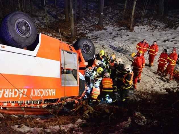 Záchranná akce u nehody šenovských hasičů v Karviné.