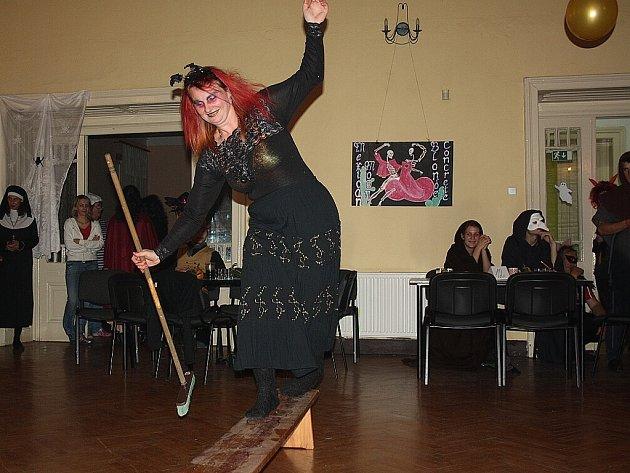 Dušičková zábava, aneb Halloween po česku. To byl název sobotní akce v Doubravě. Po setmění se to v Národním domě hemžilo kostlivci, čarodějnicemi nebo oživlými mrtvolami.