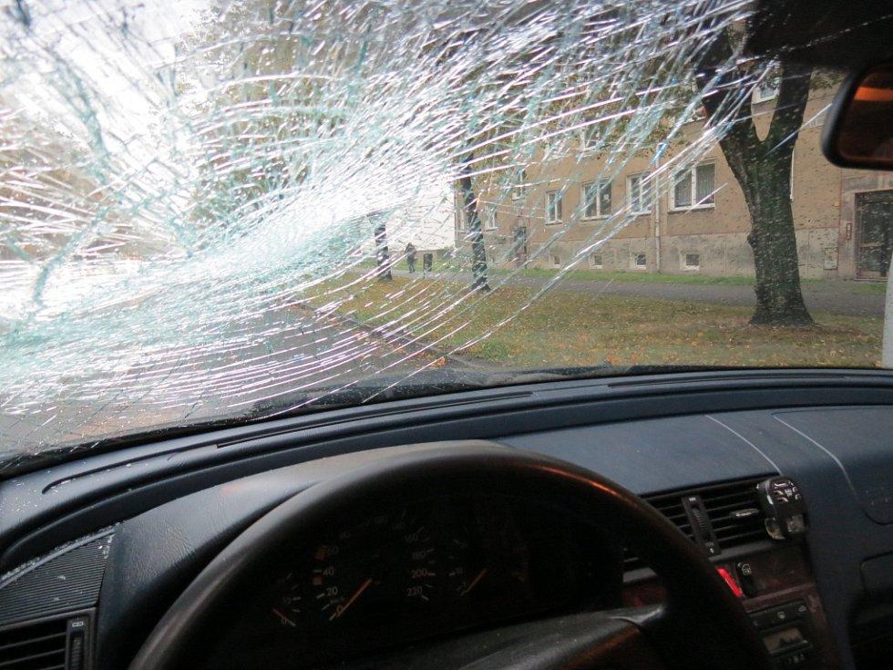 Auto poškozené po střetu s chodkyní.