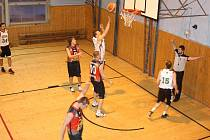 Basketbalové derby Slavie a Restartu (v bílém).