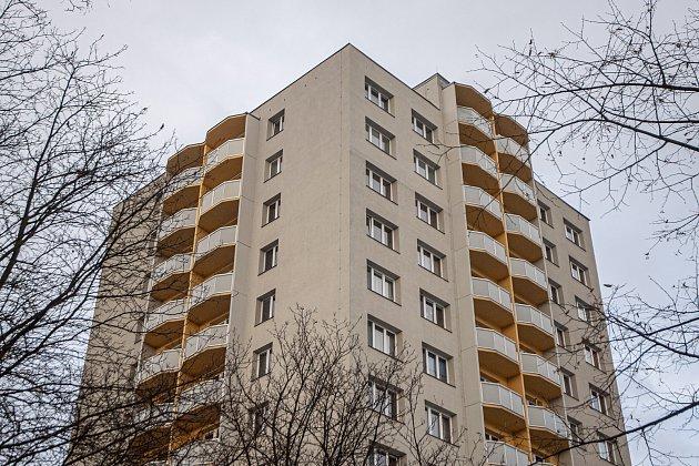 Bohumín dokončil hlavní opravy panelového domu, který loni vlétě poničil požár, při němž zemřelo 11lidí, 26.ledna 2021.Dělníci opravili ohořelou fasádu a poškozené byty.
