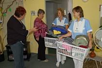 Pracovnice orlovské Domovinky pomáhají klientům domova pro seniory se stěhováním jejich věcí.
