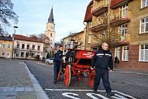 """117 let starou stříkačku táhli v minulosti na místo požáru koně. Při jejím čtvrtečním stěhování se však """"zapřáhli"""" sami hasiči."""