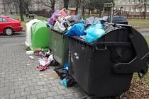 Vánoční odpad nechává havířovská radnice vyvážet ještě v průběhu svátků. Na snímku je stav těsně před příjezdem popelářů.