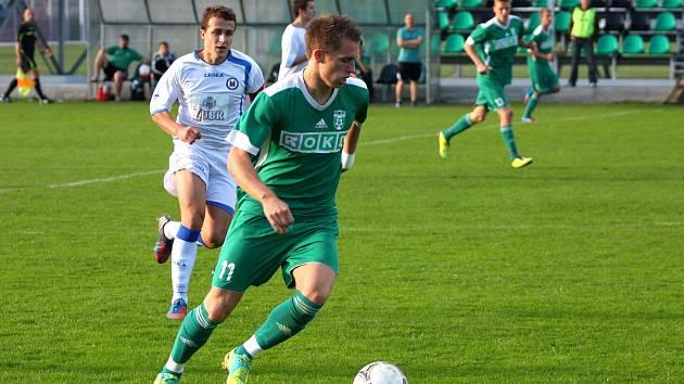 Richard Vaclík (v zeleném) v duelu Karviné B s Přerovem.