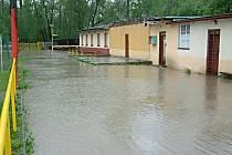 Budovy fotbalového areálu nepoškodil jen požár, ale několikrát je vyplavila i velká voda.