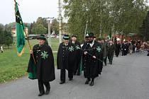 Ve Stonavě se v neděli konaly Hubertovy slavnosti. Farář navíc místním myslivcům pokřtil nový prapor.