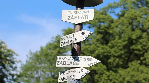 Rozcestník fotbalových obcí s názvem Záblatí.