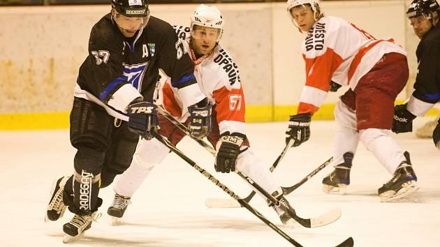 Legenda Havířova a bývalý hráč Orlové Martin Potočný (v černém) se vrací na led.