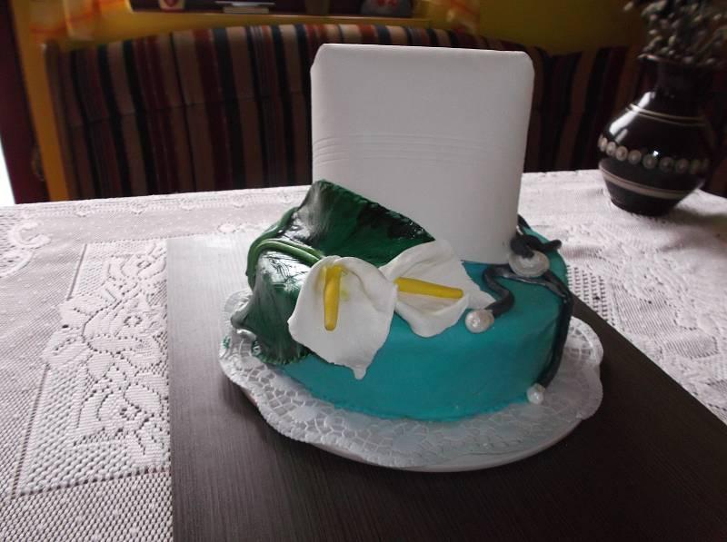 Paní Marie Dordová z Karviné- Starého Města peče neobvykle zdobené dorty anebo plete košíky z proutí i pedigu.