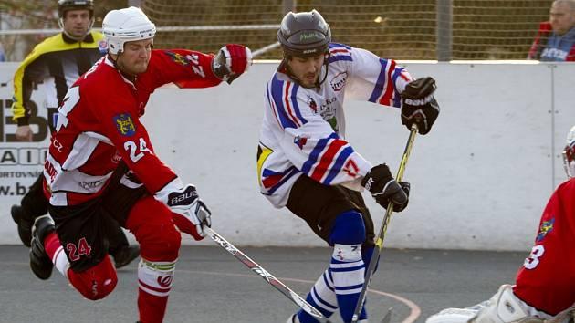 Vladimír Luka (v bílém) de facto zařídil výhru hokejbalistů.