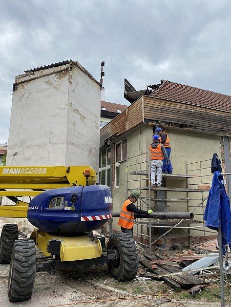 Dělníci už na nádvoří budovy polského gymnázia odstranili věžičku shodinami.