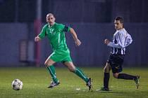 Fotbalisté Baníku Fučíku (v zeleném) porazili doma Baník Rychvald a vedou tabulku okresního přeboru.