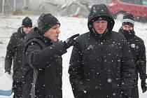 Karvinští trenéři na tréninku. Norbert Hrnčár (vlevo) se radí se svým kolegou Richardem Högerem.